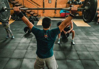 Pompki na poręczach jak wykonać to ćwiczenie